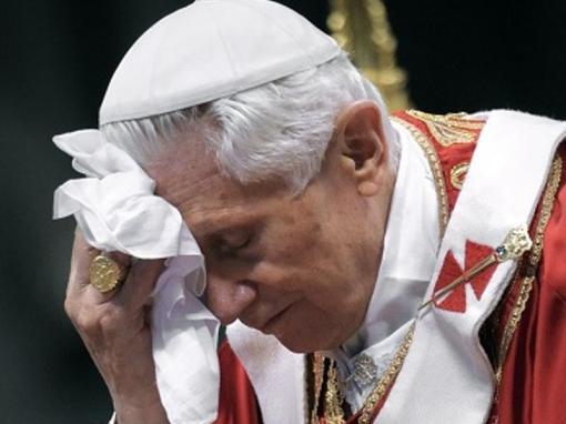 Benedicto XVI sin fuerzas