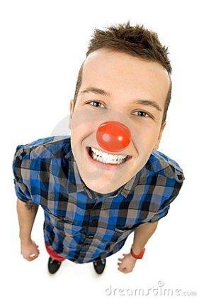 hombre-joven-que-desgasta-la-nariz-roja-23402923