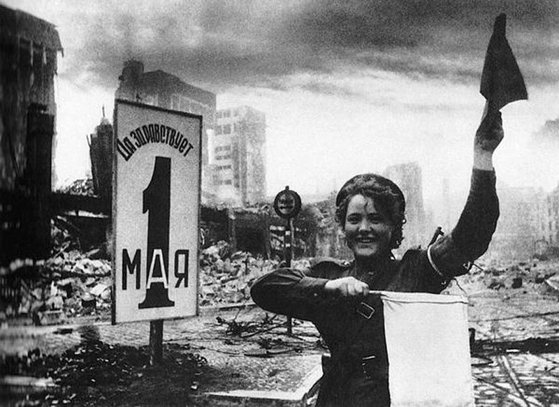 rusos-mujer-del-transito-en-berlin.-Foto-increíble-espectacular-sorprendente-impactante-segunda-guerra-mundial